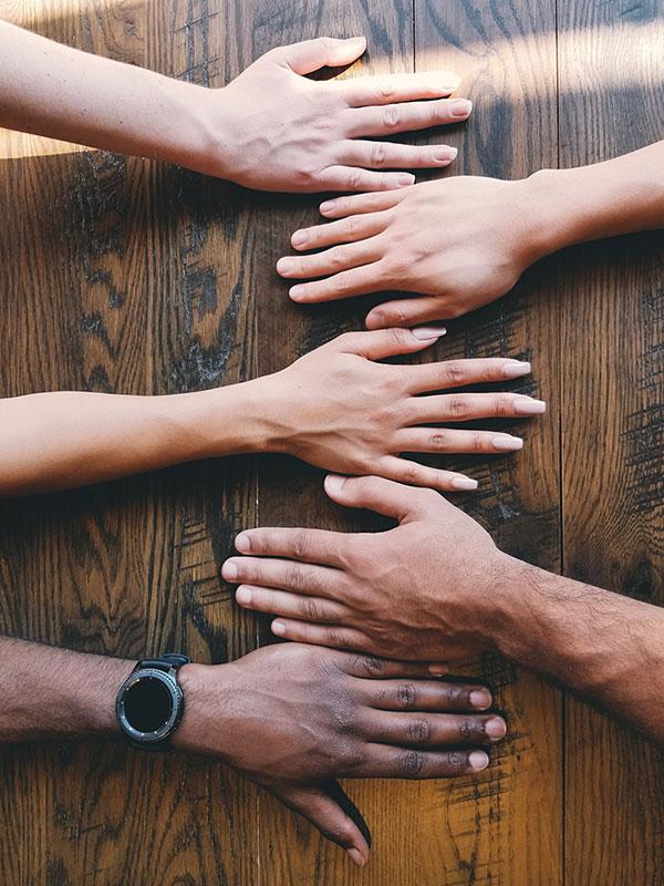 mani sul tavolo